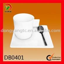 Taza y platillo cuadrados de cerámica blanca