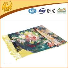 Une couche est en satin et imprimé L'autre couche est la soie soignée en soie Pashmina