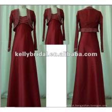 Bola vermelha e vestido de noiva de manga longa