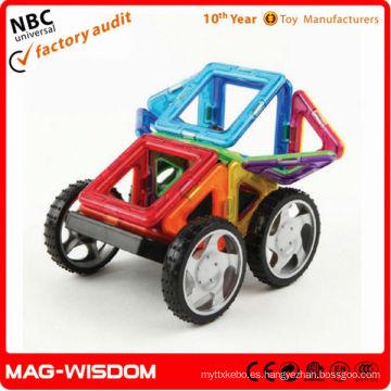 La educación temprana de los niños que monta los ladrillos plásticos de la construcción