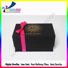 Boîte à bijoux de luxe à la main avec couvercle ouvert