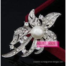 Elegante broche de hoja de diamante