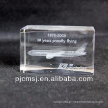 Modelo de cristal do avião 3d como a lembrança ou o laser dos presentes grava