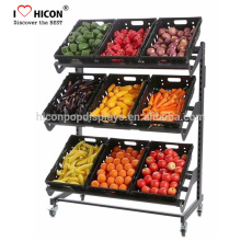 Prateleira de produtos comerciais Supermercado de metal ou madeira Vegetais e frutas exibe prateleira com concorrentes superando a qualidade