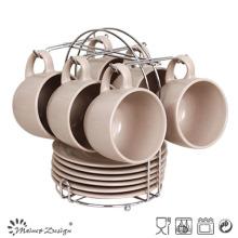 Taza de café y platillo de cerámica mate con estante de metal