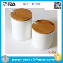 Prägnantes und einfaches spaltenförmiges keramisches Gewürz-Glas mit Löffel
