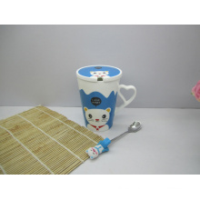 Taza de café de porcelana con tapa y cuchara