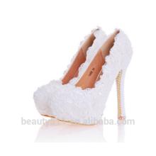 Des rivets en métal de qualité supérieure, une dame élégante, comme des chaussures de soirée blanches à talons hauts en soie WS007