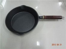 Kuali goreng dengan pemegang kayu