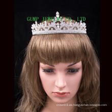 Tiara nupcial de la boda con la corona brillante cristalina