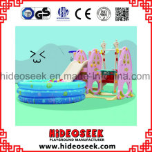 Corrediça de crianças de plástico interior ambiental e balanço com poço de bola