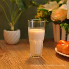 Vaso de agua potable de jugo de leche