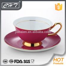 Tasse à thé rouge luxueuse et soucoupe en gros avec une main en or