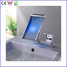Chine Haute qualité auto alimenté 3 couleur LED bassin robinet (FD15064F)