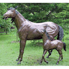 Estatua de caballo de yegua y caballo de bronce