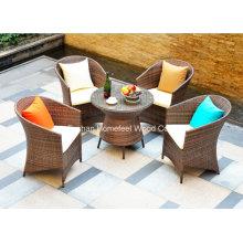 Confortável mesa de café ao ar livre com almofadas