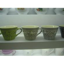 Keramische Tasse mit geprägten Mustern