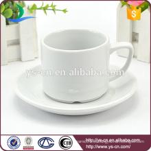 Taza blanca redonda y soporte para platillos
