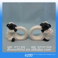 Простые керамические салфетки с фигуркой из баранины
