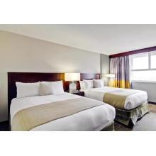 Muebles caseros de madera del dormitorio de la cama matrimonial del hotel