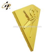 Atacado liga de zinco personalizado cetim matt ouro forma chave de metal emblema lapela pin