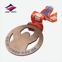 Die casting polishing arte popular syle medalla de metal ahuecada barata