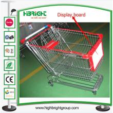 Carro de la compra del supermercado con el tablero publicitario de la exhibición de la carretilla