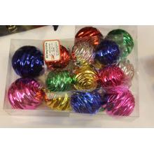 Ассорти из цветного елочного шара с волнистыми узорами