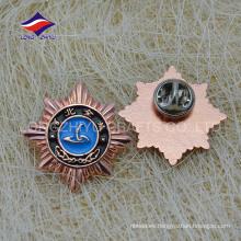 Esmalte suave de encargo de la estrella en forma de insignia de cobre del metal