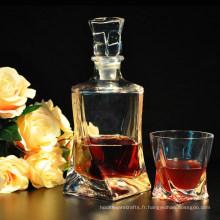 Bouteilles de whisky avec verre