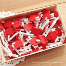 Hermosa pequeña clavija de madera con corazón rojo