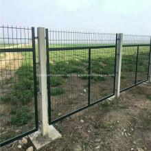 Paneles de metal cerca de malla de alambre de granja de ovejas