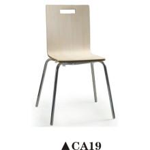 Cadeira curvada de madeira curvada com um buraco