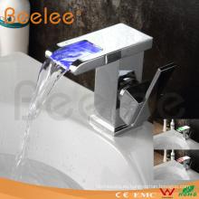 Grifo LED de la cascada del cuarto de baño del golpecito del mezclador de agua del lavabo del nuevo estilo de 2014 manijas simples (QT14510F)