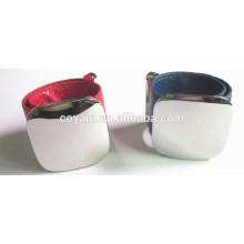 Einstellbare Länge Custom Logo Leder Manschette Armband mit gravierten Metallplatte