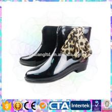 Дамы современные блестящие ботинки дождя