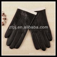 Femme de la mode portant un smartphone gant tactile en cuir