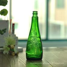 Garrafas de cerveja verde com padrão de flor