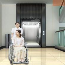 Espacio grande silla de ruedas anciano discapacitado paciente elevador médico