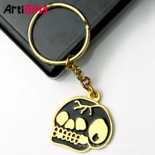 Fertigen Sie harte Emailhalloween-Metallschwert-Handschellenschädel-Schutzhelm keychains besonders an
