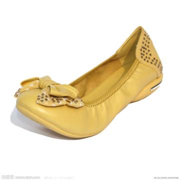 Dobrável amarelo rola acima as sapatas das mulheres