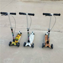 Scooter de coup de pied de scooter d'enfants avec la lumière