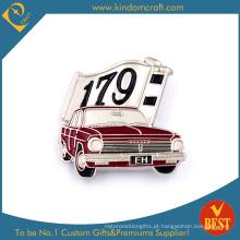 Eh 179 carro forma emblema botão de lata no pano de fundo vermelho para o presente