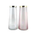 Vase en verre transparent et rose avec bordure dorée