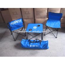Fácil carregando cadeira de praia dobrável e mesa de acampamento em um bolso