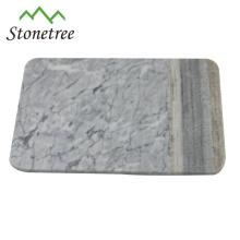 planche à servir en marbre blanc avec planche