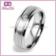 2013 Neue Produkte Cubic Zirconia Brushed Center und Polished Edge Herren Hochzeit Titanium Ringe