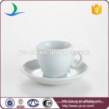 Klassische weiße Teetasse und Untertasse steht