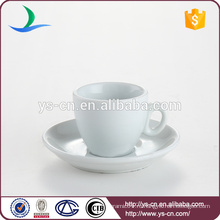 Классические белые чашки с чашками и блюдца