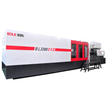 Plastic injection molding machine with robot arm